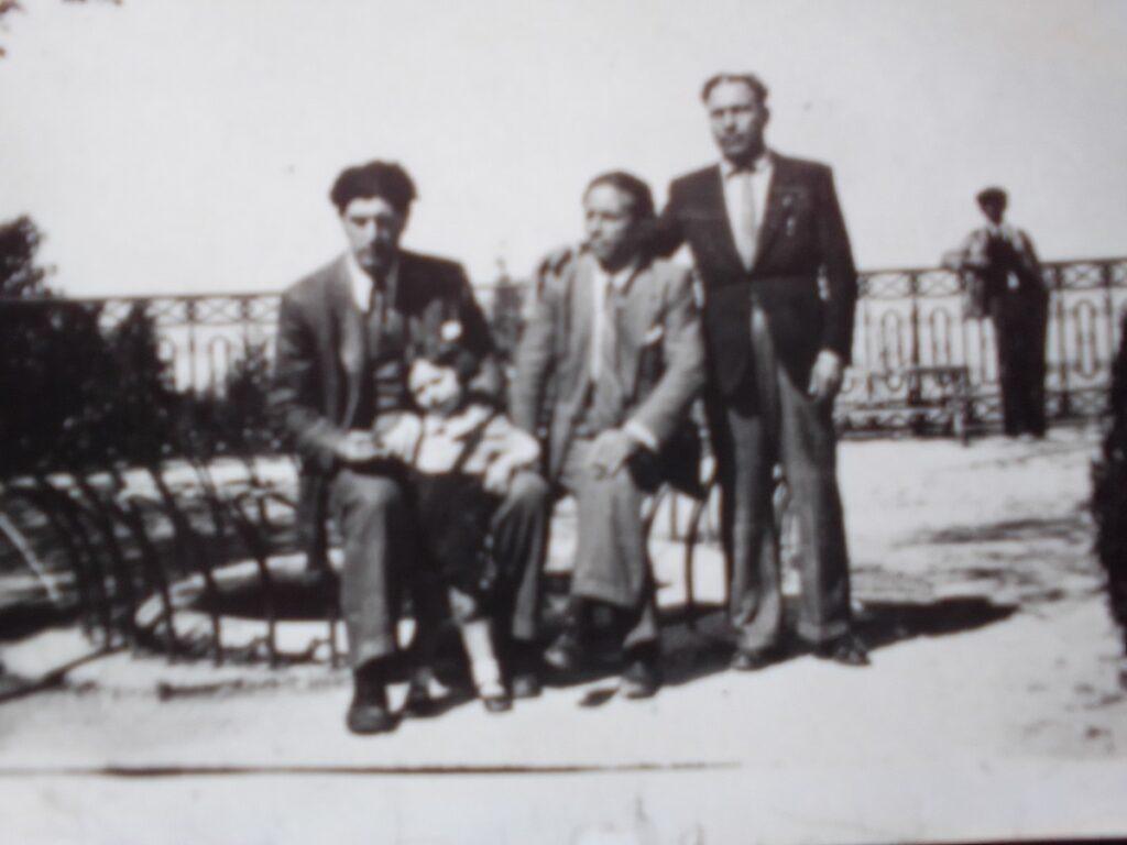 Vincenzo Rabito. In piedi sulla destra